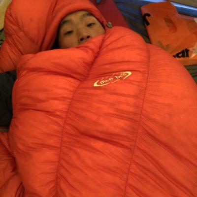 寝袋に入るジョジョ松木