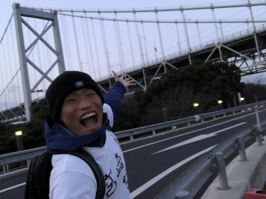 関門橋にはしゃぐジョジョ松木