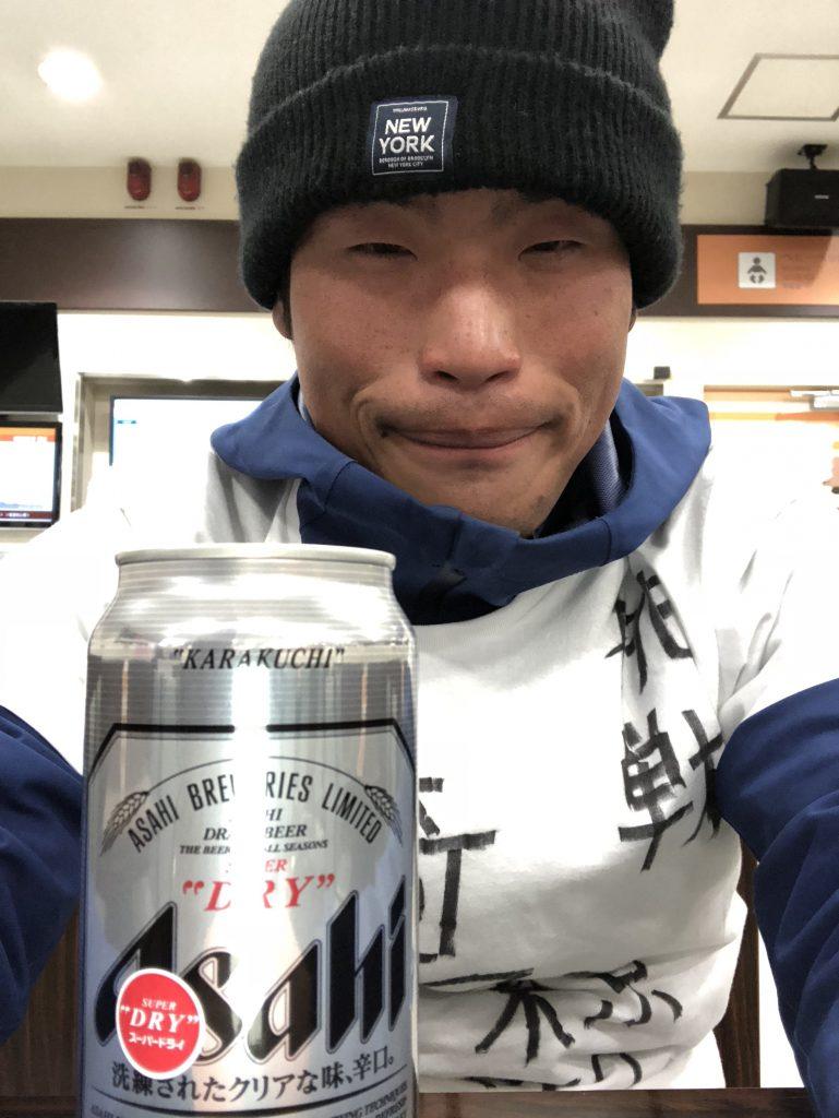 ビールをもらうジョジョ松木